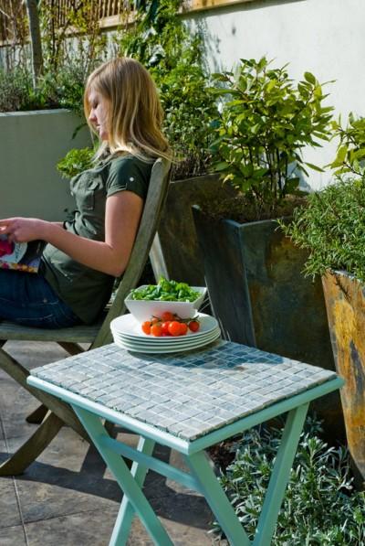 selbstgemacht mosaiktisch f r drau en trendblog. Black Bedroom Furniture Sets. Home Design Ideas