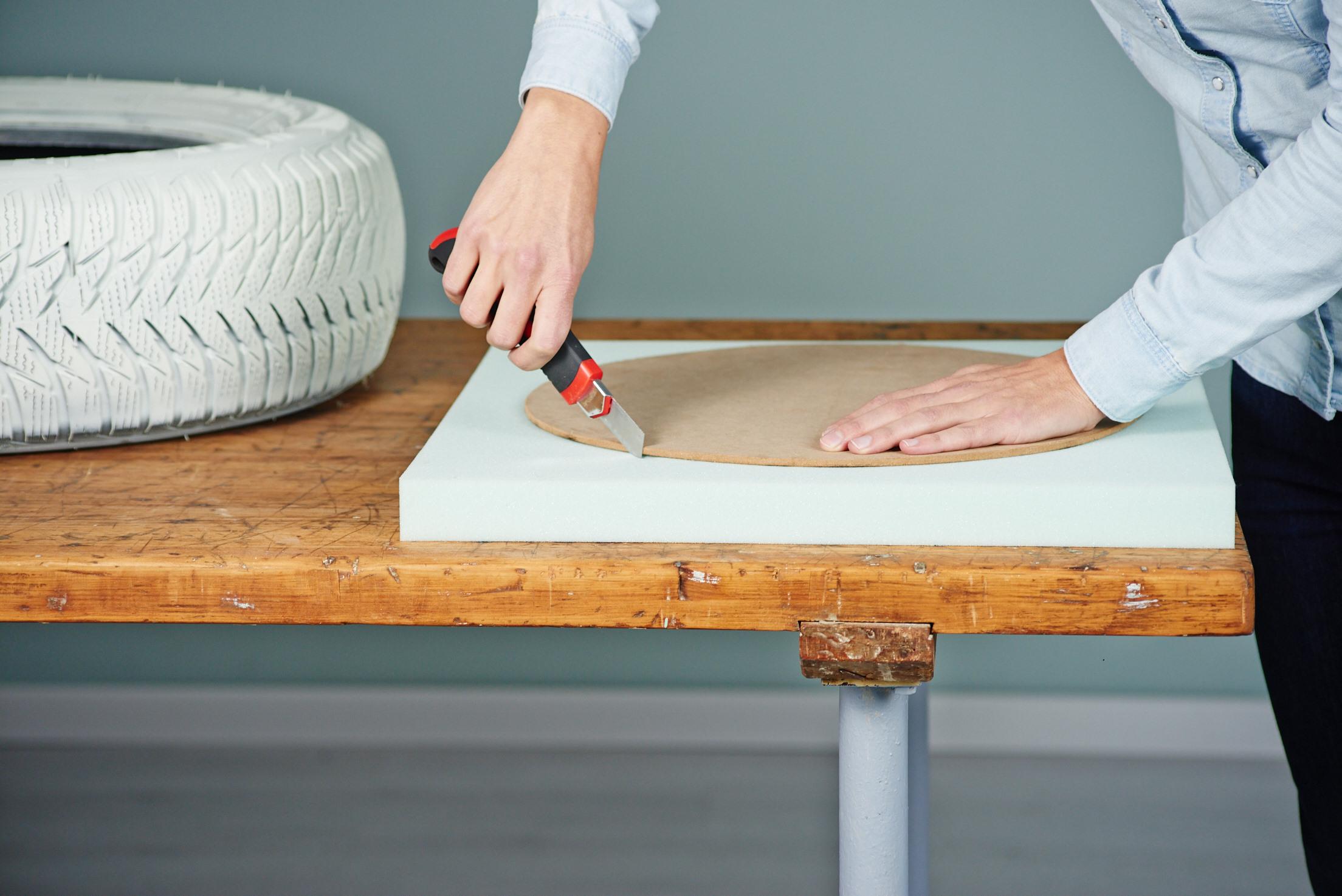 upcycling f r beginner aus einem autoreifen entsteht ein stylischer pouf mit sitzkissen trendblog. Black Bedroom Furniture Sets. Home Design Ideas