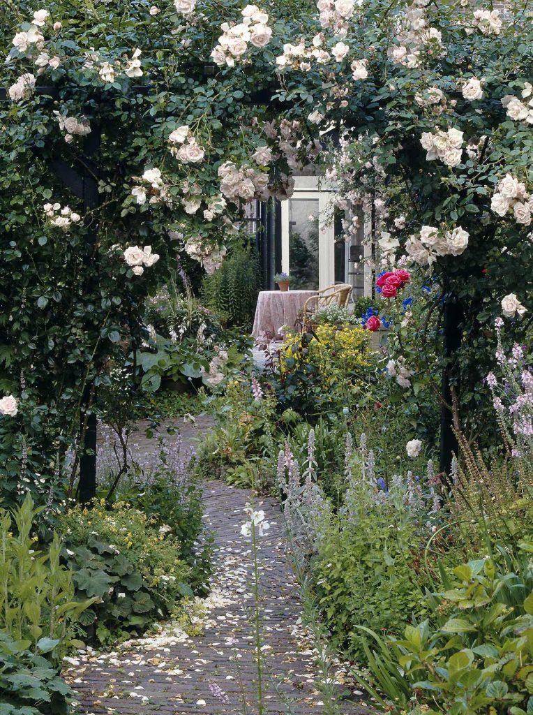 Traumgarten mit Rosenkranz