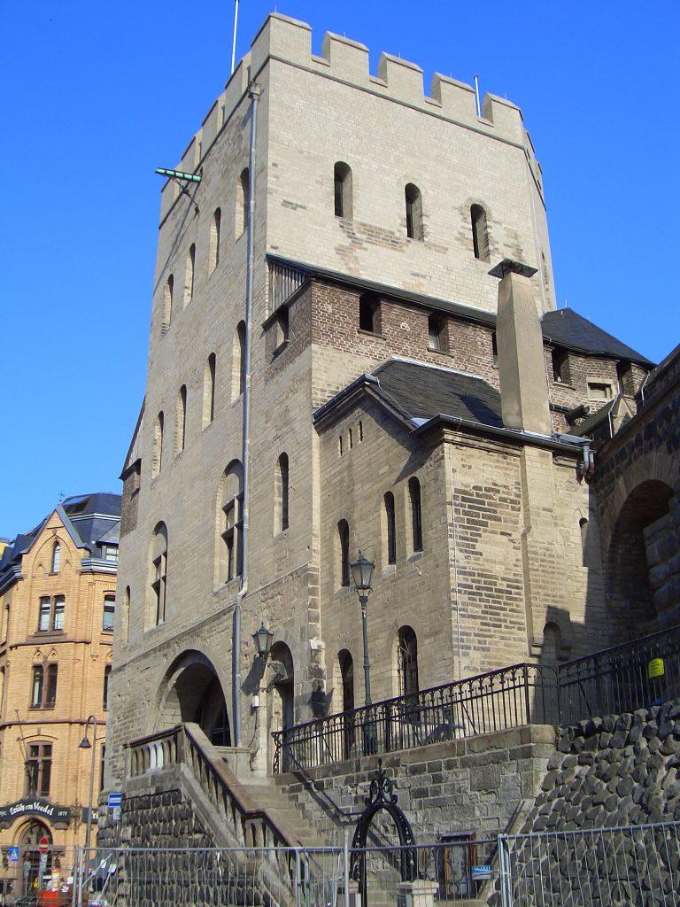 Severinstorburg am Chlodwigplatz von der Seite