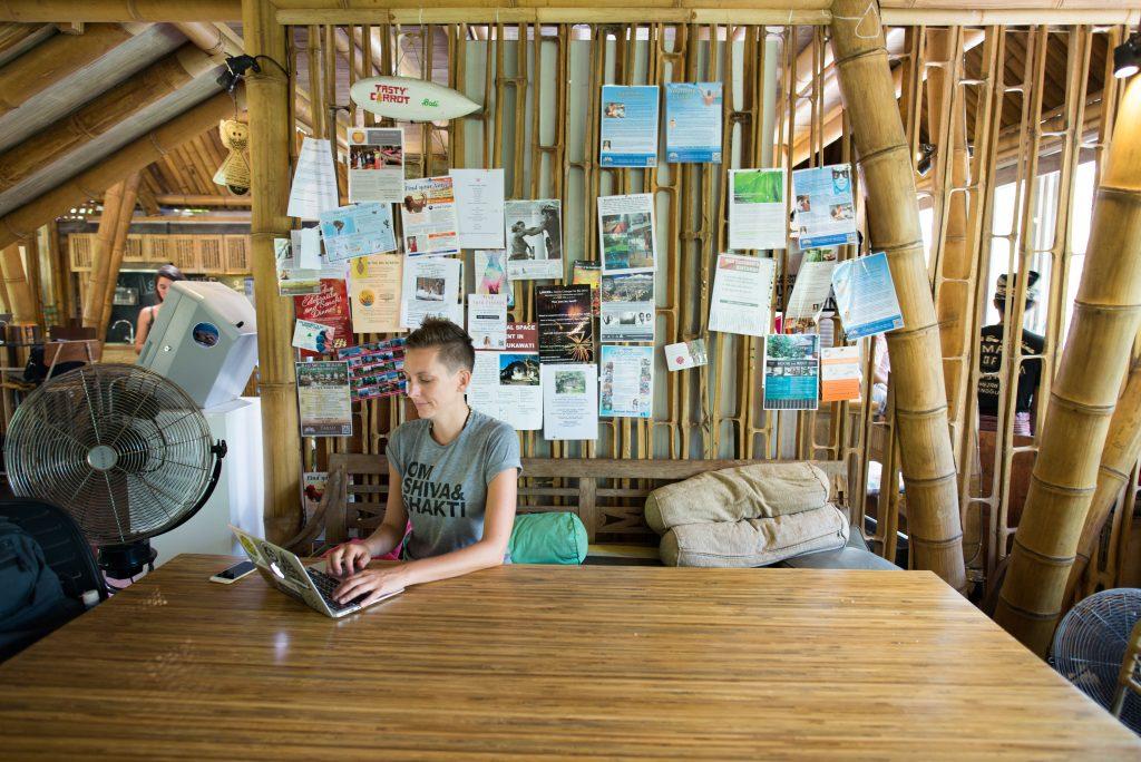 Digitale Nomadin im Büro