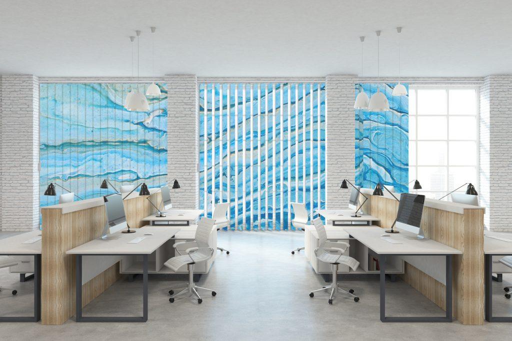 Büro mit Lamellenvorhang