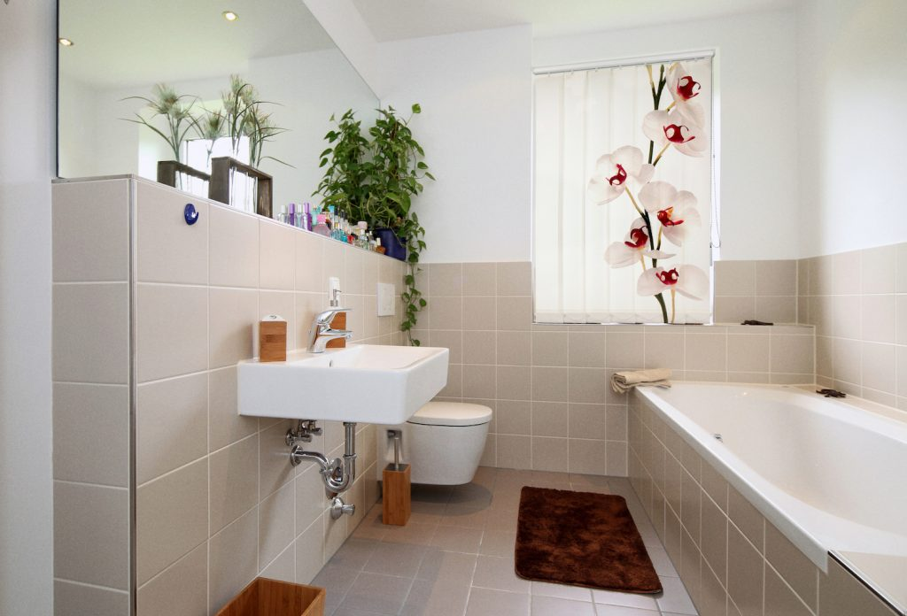 Badezimmer mit Lamellenvorhang Orchidee